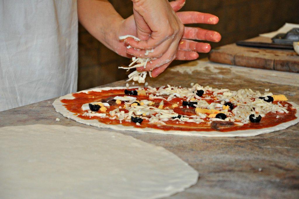 Bild Pizzateig belegen