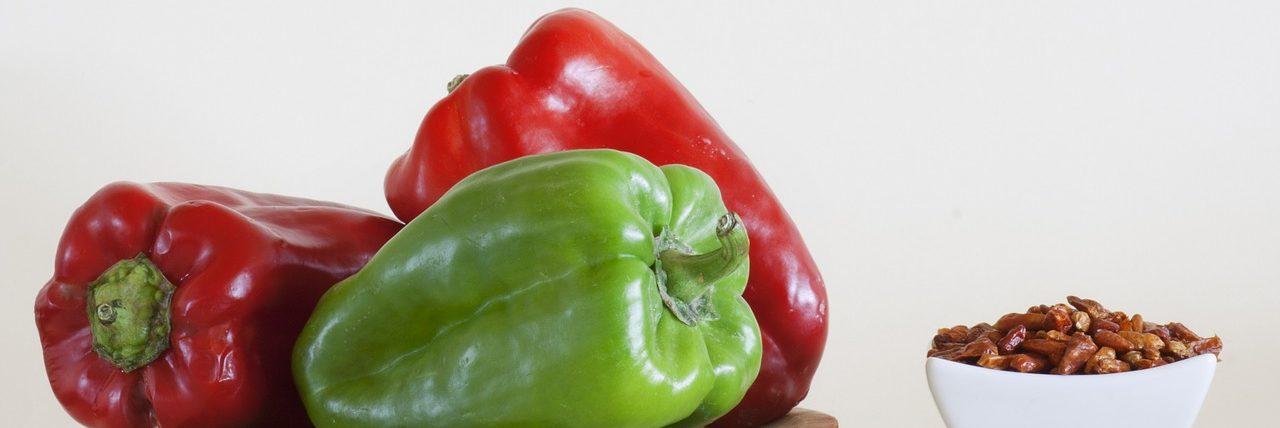 Bild grüne und rote Paprikaschoten